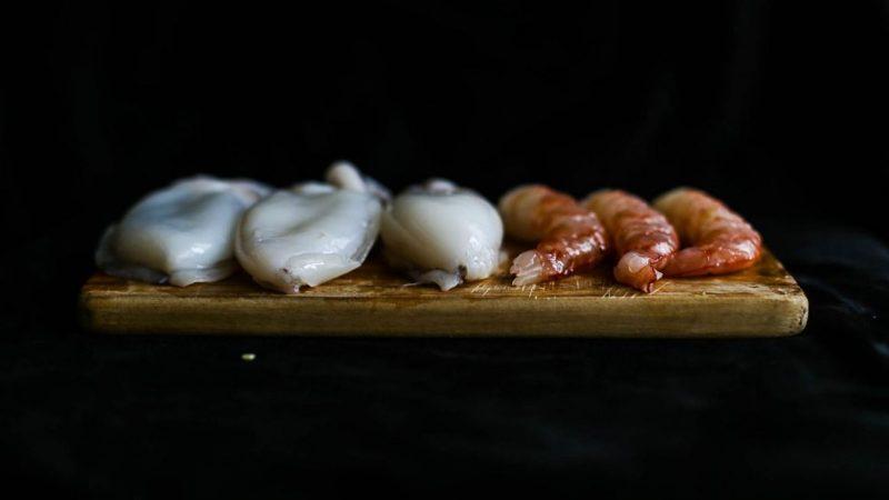 spiedini di pesce grigliati pesce pulito