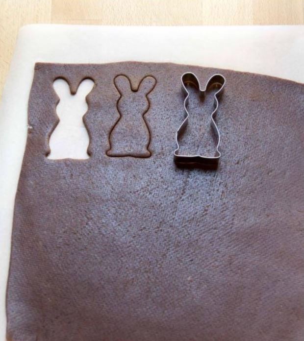 taglio dei biscotti con una formina a forma di coniglio