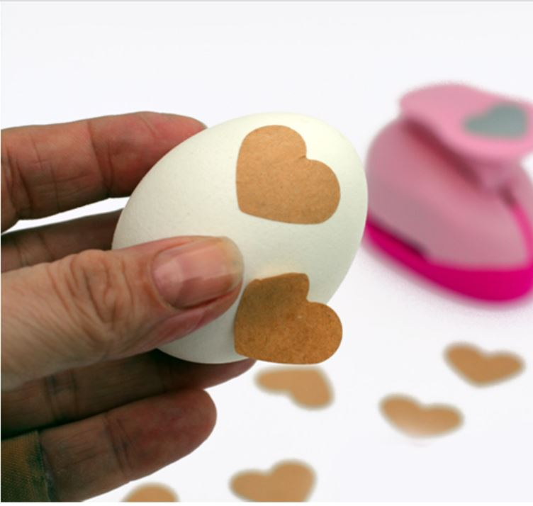 adesivi a forma di cuore piazzati sul guscio delle uova sode