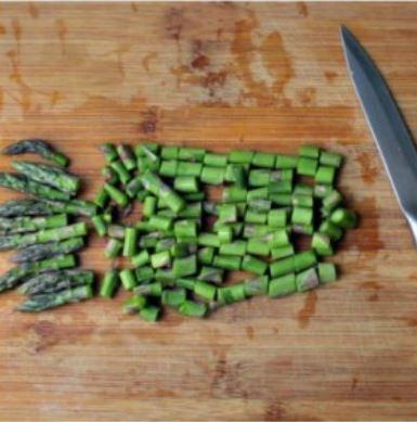 asparagi tagliati a pezzetti