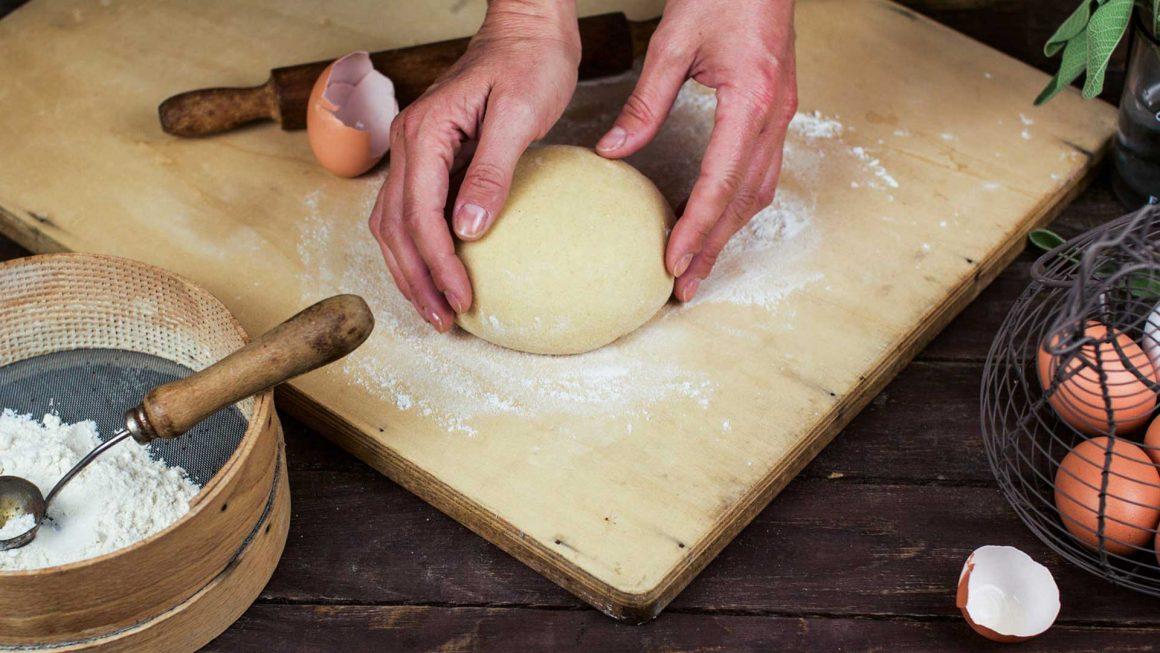 palla di pasta per ravioli su un tagliere di legno