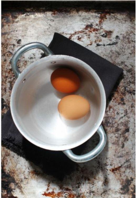 uova rassodate in un pentolino pieno d'acqua