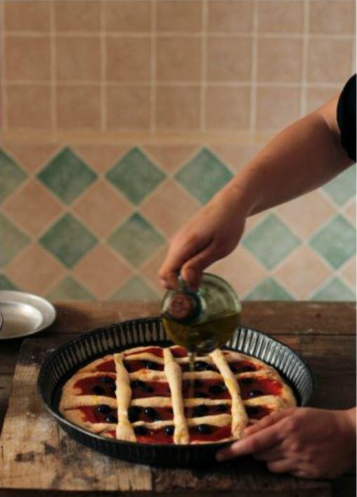 aggiunta olio finale sulla pizza