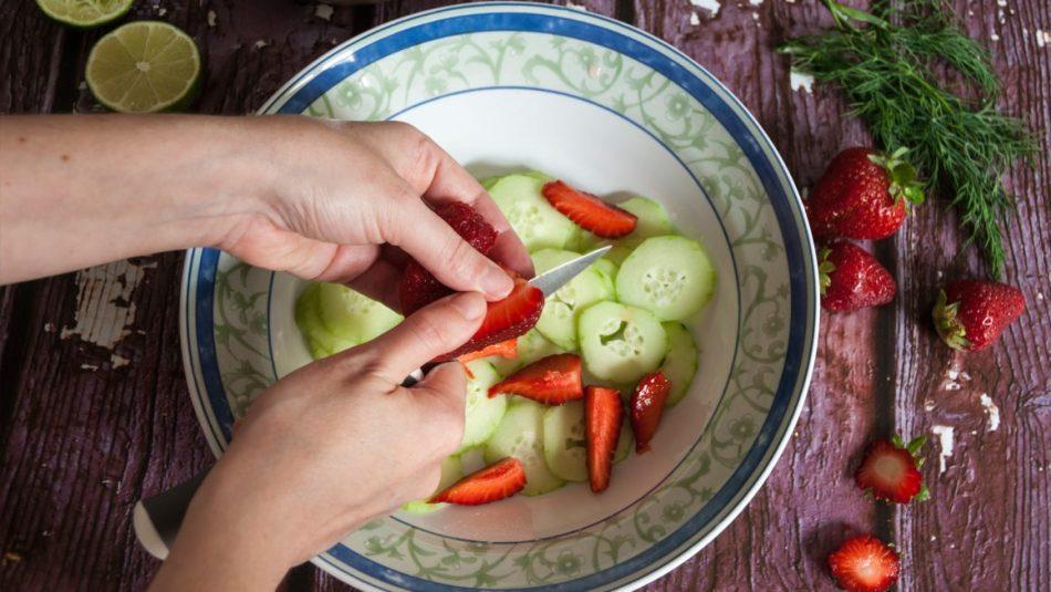 ciotola con cetrioli a fette e fragole a spicchi