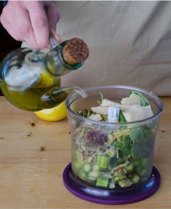bicchiere del mixer con tutti gli ingredienti per il pesto