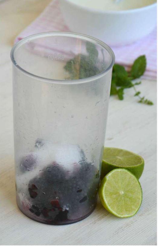 more lime e zucchero nel bicchiere del frullatore
