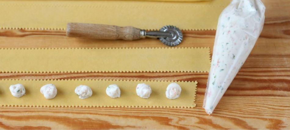 strisce di pasta con ripieno nel sac à poche
