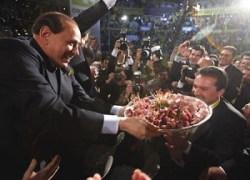 Silvio Berlusconi offre mortadella alla convention della Coldiretti