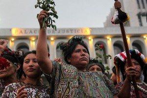 María Soto y otras mujeres de la comunidad Ixil celebrando la declaración de culpabilidad de Rios Montt, dictador Guatemalteco responsable del genocidio de la población indígena Ixil en los 80s (Creative Commons, Wikimedia).