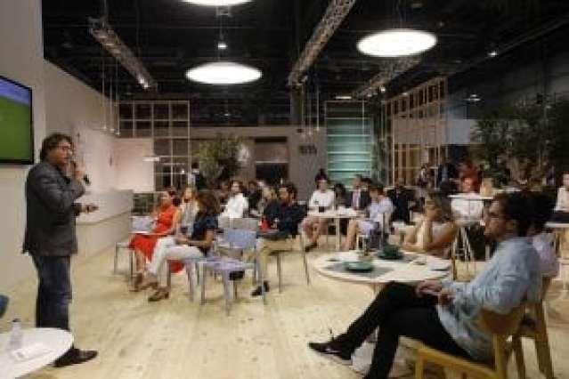 Miquel Angel Julià, de Nuklee, impartiendo una conferencia sobre diseño de espacios de trabajo en el stand de Actiu.
