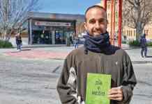 ← David Salazar, frente a la estación de Villaverde Alto, su barrio de toda la vida. R.B.T.