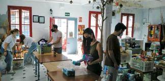 Productos donados por el vecindario de Villaverde Bajo para echar una mano amiga a familias que no cuentan con ninguna ayuda.
