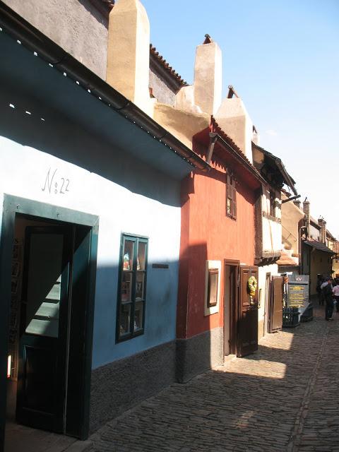 Het Gouden Straatje, met vooraan het blauwe huis waar Kafka woonde.
