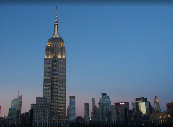 Het uitzicht vanaf 230 Fifth op het verlichte Empire State Building.