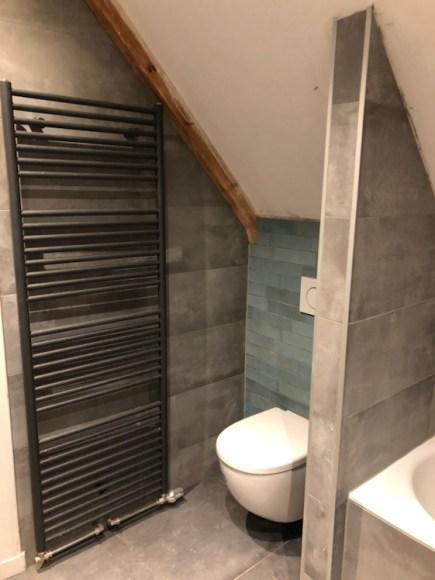 Zwarte radiator badkamer