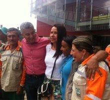 Luis Bernardo Vélez, secretario de Inclusión Social, con algunos beneficiados del programa Somos Gente