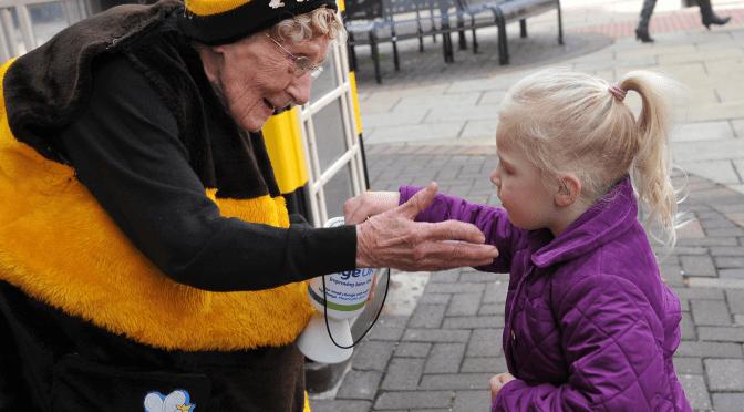 Abuela de 94 años recoge dinero para hacer caridad