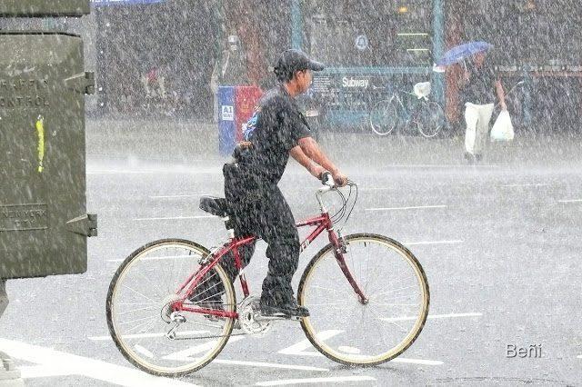 ciclista bajo una lluvia intensa en ney york