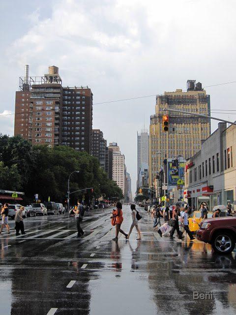calle mojada tras una tormenta en new york