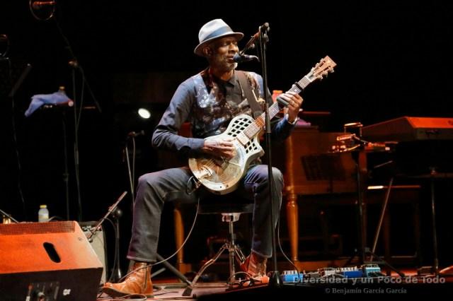 keb mo con guitarra de bluen en el festival jazz san javier