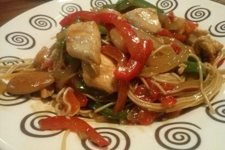 Wok de fideos de arroz con pechuga de pollo, al aroma de ostras.