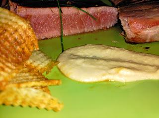 Atún rojo con patatas y salsa mostaza