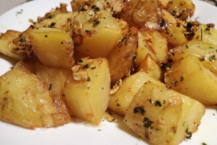 Patatas on ajo, perejil y orégano