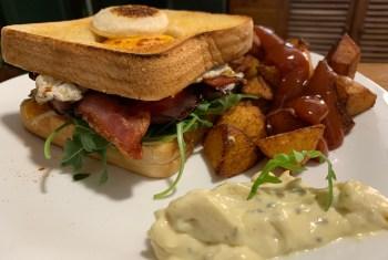 Sándwich con huevo, beicon y rúcula