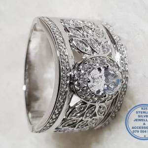 925 Sterling Silver Ring Super Statement Showstopper with cubic Zirconia solitaire with flower detail on sides