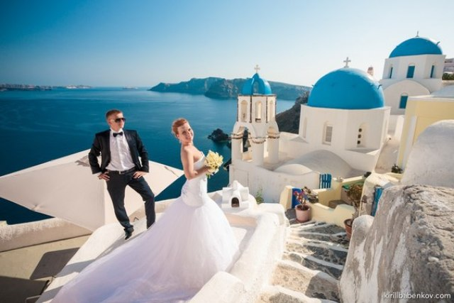 A bride and groom in Santorini.