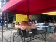 Sieht man in jedem Ort: Es wird die Kruste des Schweins verkauft, das restliche Fleisch kommt zum Metzger