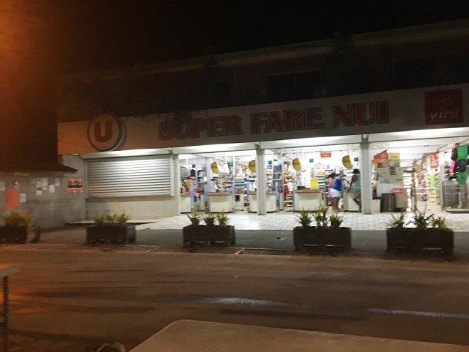 Der einzige Supermarkt in Fare (Huahine)