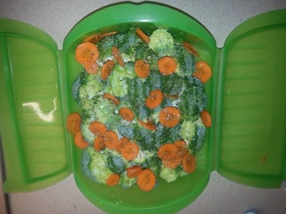 Divinos-Sabores-lekue-brocoli-zanahoria-hierbas web