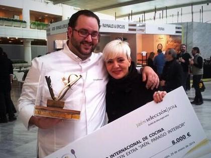 Foto de Cristina Garbancita y  @TrujilloTeruel de @Canelaenrama_08 el ganador del Premio Internacional de Cocina con AOVE 'Jaen Paraiso Interior' #MFM14