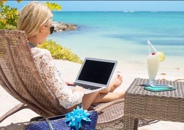 Como vender infoprodutos sem sair de casa e trabalhar na praia