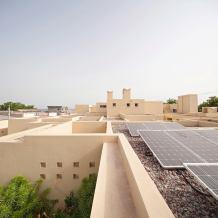 لقطة للقرية توضح استخدام الواح الطاقة الشمسية