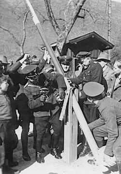 tyska och österrikiska soldater river gränsbommen 1938