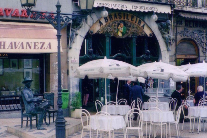 Fernando Pessoa som staty utanför Café A Brasileira, Lissabon (Wiki Commons)