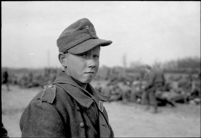 Tonårig tysk krigsfånge 1945 (Wikipedia)
