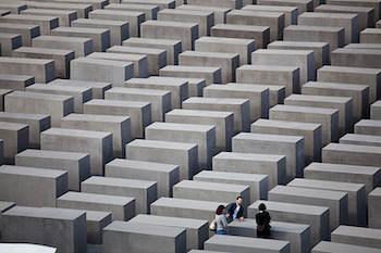 Peter Eisenmans Fält av stelar, Brandenburger Tor