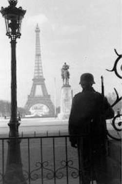 Tysk soldat i Paris (Bild: Bundesarchiv)