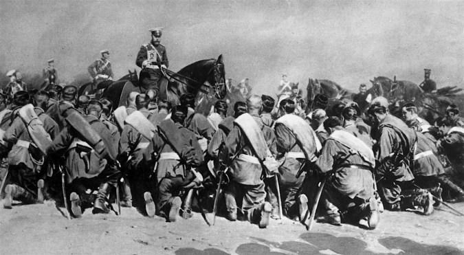 Tsar Nikolaj II bland trupperna med den heliga ikonen i september 1917 (Wikipedia)