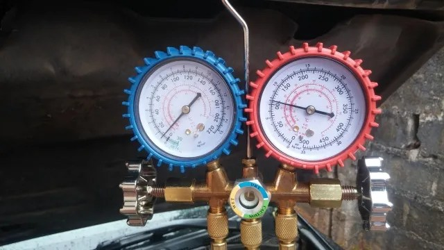 Reading AC manifold gauges