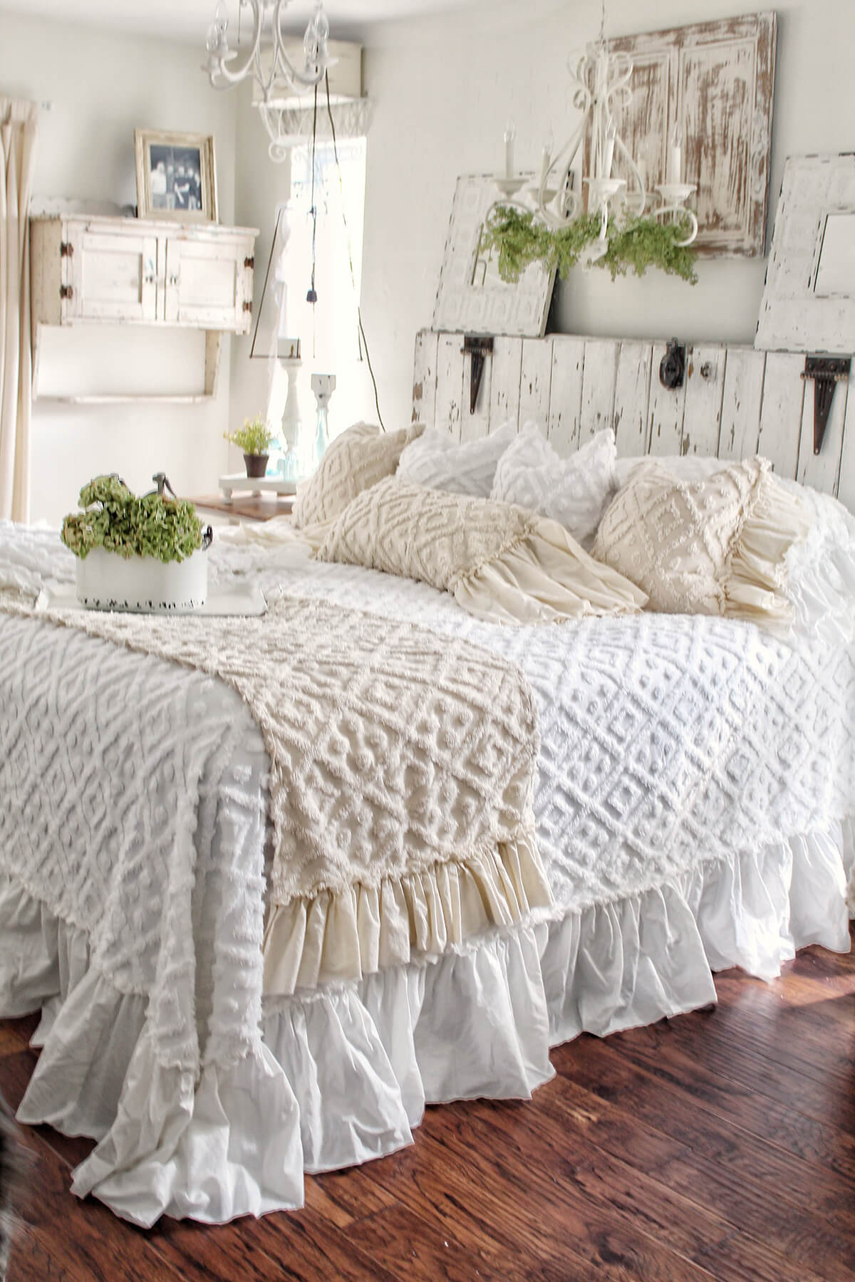 There's something about the emptiness or untidiness of an undecorated room that instantly strikes anxiety into the heart of a type a personality. Awesome Rustic Chic Bedroom Designs - DIYCraftsGuru