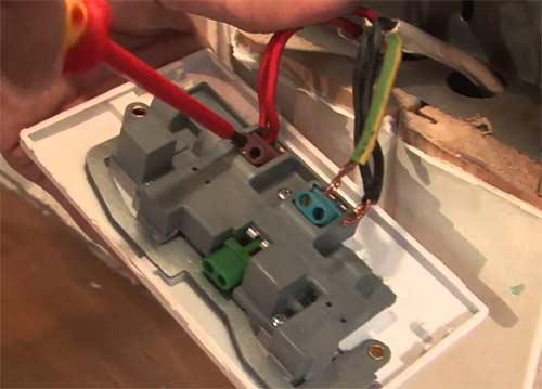 Serrer les bornes électriques