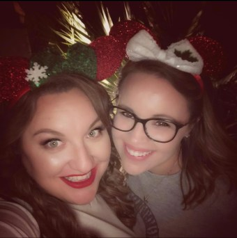 Guest poster Cait from CaitieGetsCreative is here with a great post on how to make a Christmas Hoop Wreath!