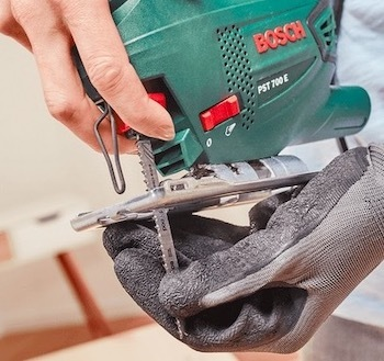 The Bosch PST 700 E has a tool-less blade-changing system