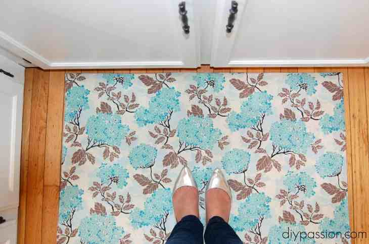 DIY Custom Kitchen Mat via diypassion.com