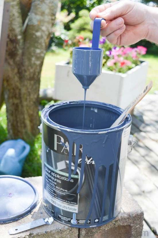Testing the viscosity of the paint