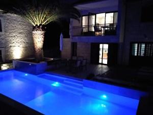 kuća s bazenom noću